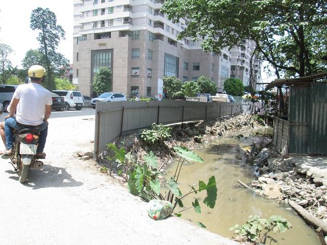 Hàng rào tôn được quây lại để ngăn chặn tình trạng ném rác bừa bãi, nhưng dường như vẫn không có hiệu quả. Ảnh: Nông Thuyết