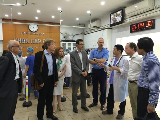BS Đỗ Ngọc Sơn - Phó trưởng khoa Cấp cứu, Bệnh viện Bạch Mai (thứ 3 từ phải qua) chia sẻ với Đoàn về công tác khám chữa bệnh tại Khoa. Ảnh: V.Thu