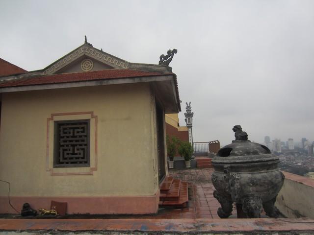 Một góc sân thờ trên nóc chung cư cao cấp. Ảnh: Ngọc Thi