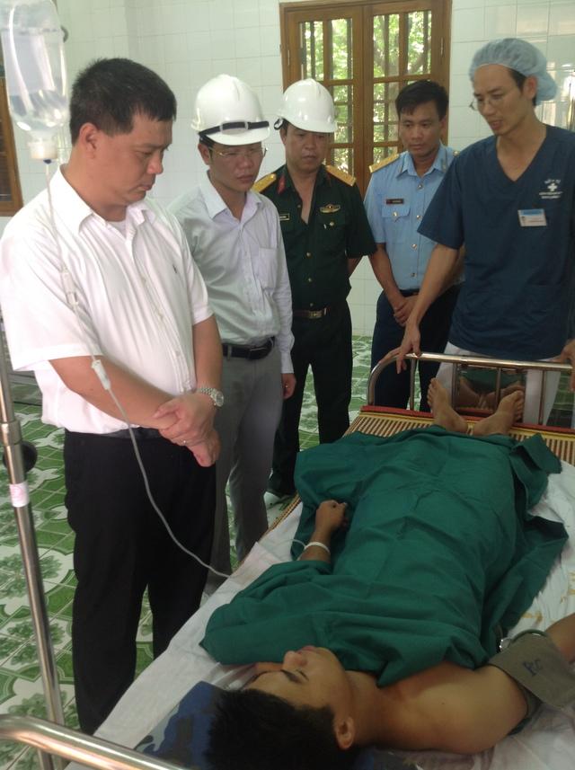 Đỗ Đức Hòa – Bí thư Huyện ủy, Chủ tịch UBND huyện Bạch Long Vĩ (ngoài cùng bên trái) thăm bệnh nhân sau ca mổ. Ảnh BVCC