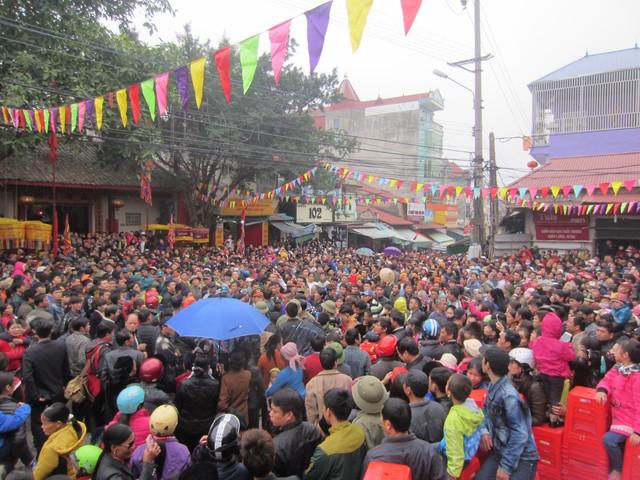 Mặc dù trời mưa phùn nhưng lễ hội vẫn thu hút đông đáo du khách đến trẩy hội.