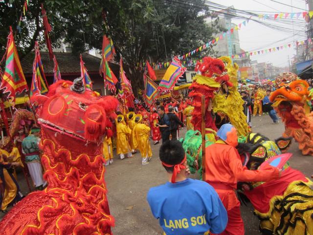Màn múa sư tử cũng được tiến hành ngay sau đó.