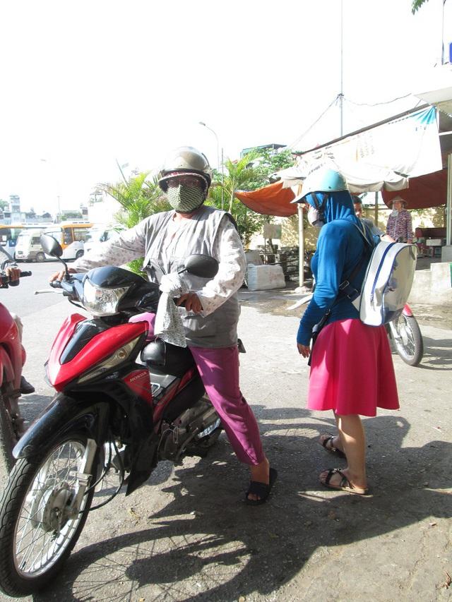 Người đàn bà 51 tuổi vẫn ngày ngày chạy xe ôm kiếm tiền nuôi con. Ảnh: Nông Thuyết