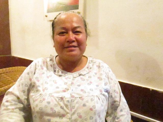 Bà Vân, 51 tuổi, đang làm nghề chạy xe ôm tại bến xe Gia Lâm. Ảnh: Nông Thuyết