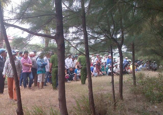 Rất nhiều người dân hiếu kỳ theo dõi vụ việc bên rừng dương ven đường Nguyễn Tất Thành. Ảnh: Đ.H