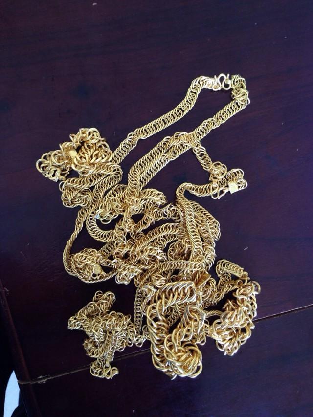 Những sợi dây chuyền vàng giả mà các đối tượng dùng để lừa đảo các chủ tiệm vàng. Ảnh công an