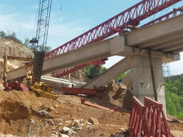 3 dầm cầu bị gãy trên đường cao tốc La Sơn – Túy Loan đoạn qua Đà Nẵng. Ảnh: Đ.H
