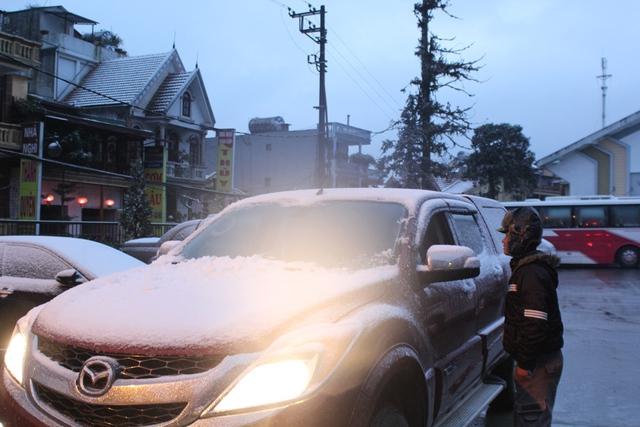 Nhiều người đi làm với một lớp tuyết mỏng phủ đầy trên xe.