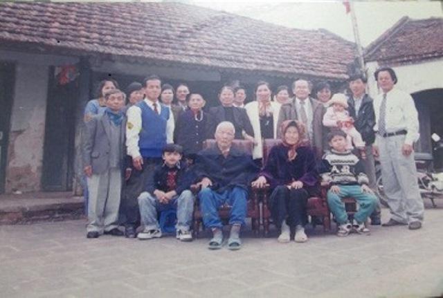 Các thành viên gia đình ông Hoàng Văn Nghị. Ảnh: Ngọc Thi (chụp từ màn hình).