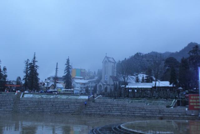 Tuyết rơi khiến thị trấn Sapa trở nên lãng mạn hơn.