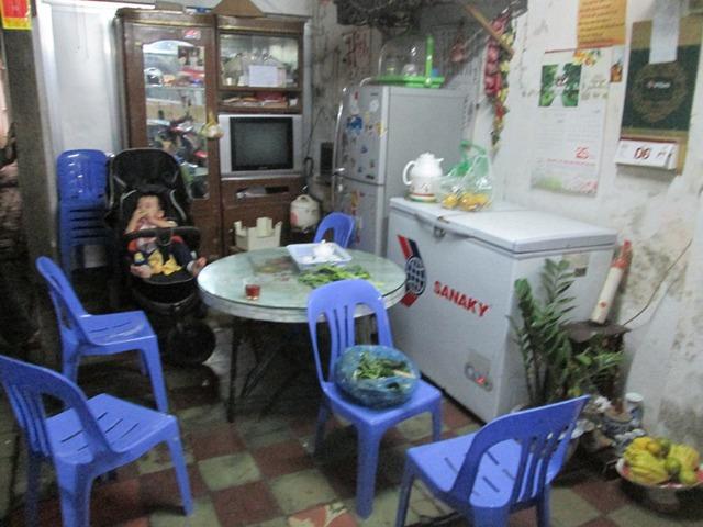 Không gian ăn uống của đại gia đình, chiếc bàn gỗ có tuổi thọ mấy chục năm vẫn được sử dụng. Ảnh: Ngọc Thi