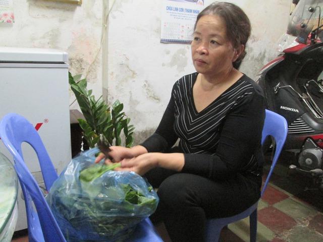 Bà Nguyễn Thị Kim Quy đang tất bật chuẩn bị bữa cơm chiều. Ảnh: Ngọc Thi