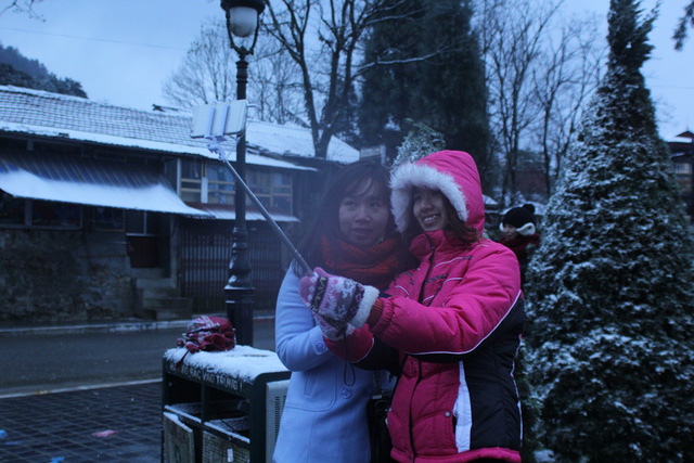 Nhiều người trẻ tranh thủ ghi lại những khoảnh khắc đẹp với tuyết.