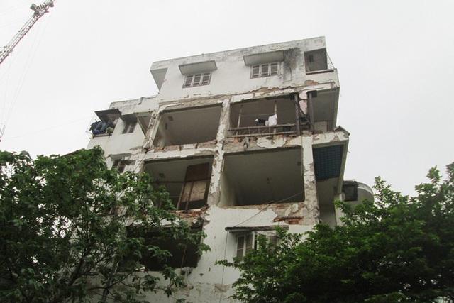 Một phần toàn nhà 51 Huỳnh Thúc kháng bị hư hỏng nặng. Ảnh: Ngọc Thi