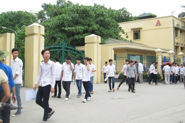 Rất nhiều thí sinh ra khỏi phòng thi từ hơn 9h30 tại trường thi ĐH Thương Mại.