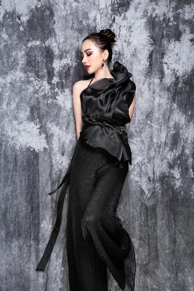 Với chất liệu lụa, oganza, chifon và bố, trang phục mang hơi hướng mùa hè, form suông với slip dress, long shirt tạo cảm giác bay bổng, thoải mái.