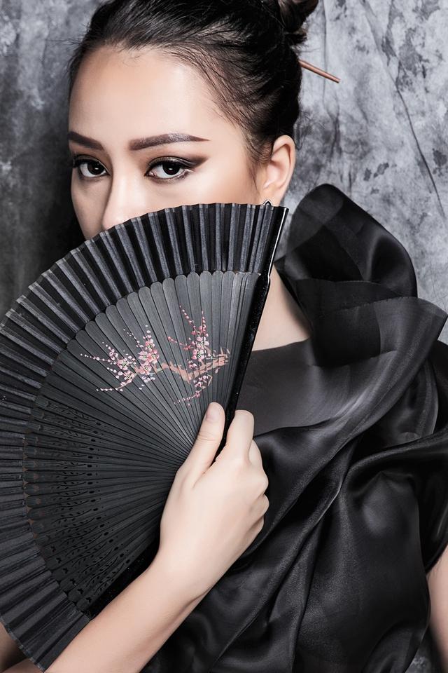 Bộ hình thể hiện sự trưởng thành trong phong cách của Băng Di với cách thể hiện nhân vật như một cô đào hát.