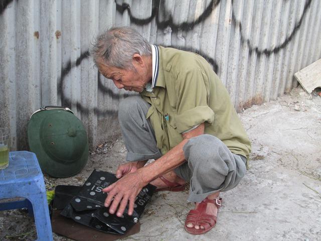 Ông Sơn cẩn thận lưu giữ sổ sách ghi chép hoạt động từ thiện của mình. Ảnh: Ngọc Thi