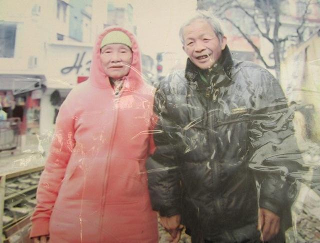 Ông Phạm Ngọc Sơn và bà Chu Thị Mận tình cảm mặn nồng sau 17 năm chung sống. (ảnh nhân vật cung cấp).