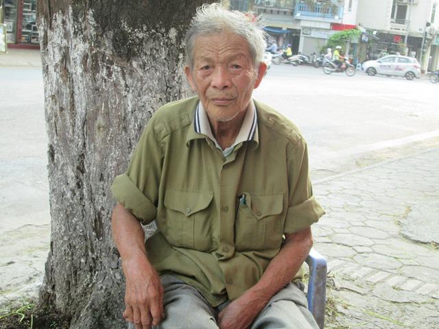 Giờ đây sức khỏe ông Sơn yếu ông phải đi xe ôm đến quán trà đá gần trạm chắn. Ảnh: Ngọc Thi