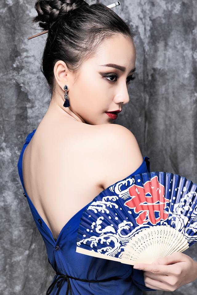 Cô khéo léo khoe lưng trần gợi cảm cùng ánh mắt sắc sảo, cuốn hút người xem.