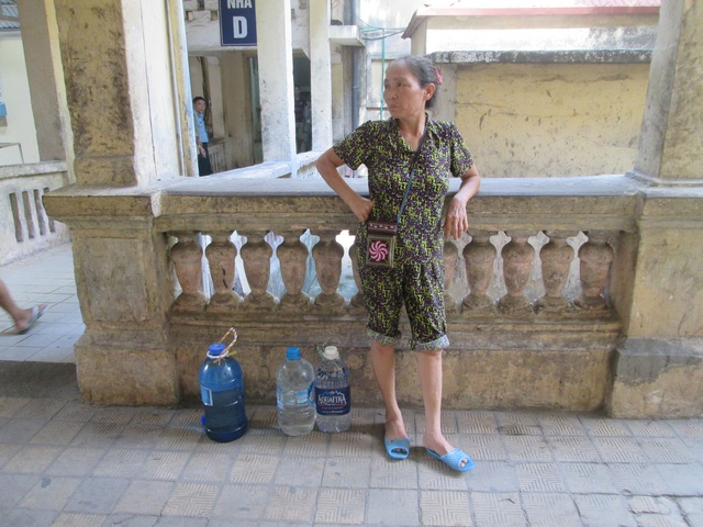 Bà Nguyễn Thị Thu chuẩn bị 3 bình nước nhỏ cho người nhà.