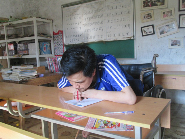 Bao năm nay, anh Trường viết chữ bằng miệng. Ảnh: Ngọc Thi
