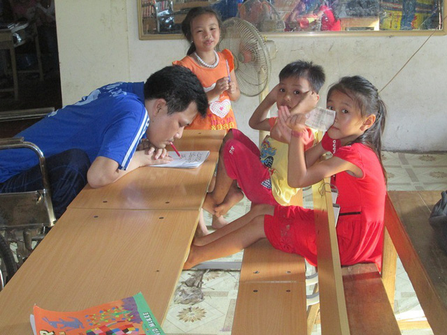 Người thầy đặc biệt dạy chữ cho trẻ em trong làng. Ảnh: Ngọc Thi