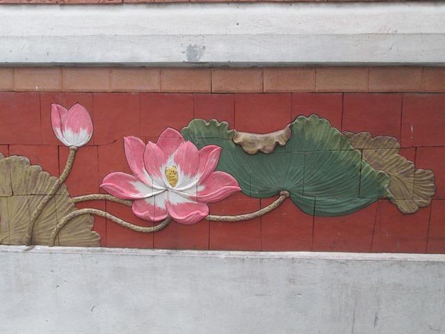 Hoa sen, loài hoa tượng trưng cho dân tộc Việt là họa tiết không thê thiếu, tạo nên sự mềm mại cho bức tranh. Ảnh: Ngọc Thi