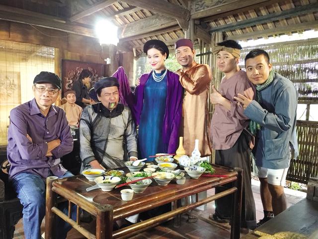 """Đạo diễn Đông Hồng (trái) và các diễn viên trong hài Tết """"Trở về"""" (ảnh nhân vật cung cấp)."""