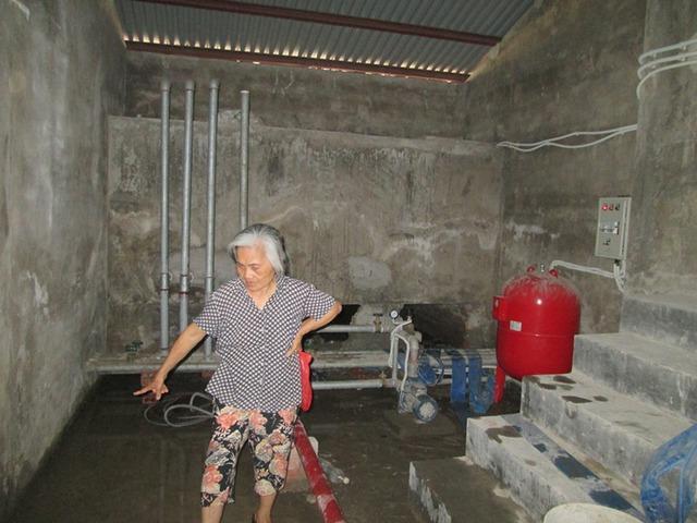 Bà Lê Thị Nhung giới thiệu với phóng viên về tình trạng của bể nước. Ảnh: Ngọc Thi