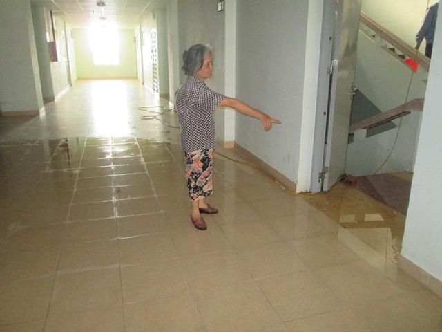Vào 16h ngày 15/8 tại tầng 11 của tòa nhà nước vẫn tràn tại hành lang chung. Ảnh: Ngọc Thi