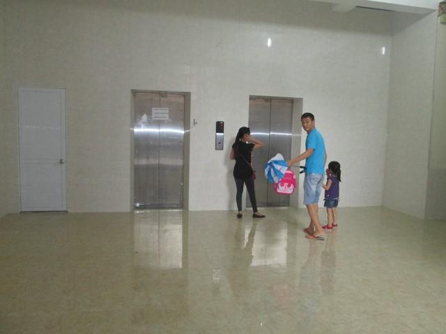 Hện tại, nhà vệ sinh cạnh thang máy đã lắp cửa, sảnh tầng 1 được ốp đá sạch đẹp. Ảnh: Ngọc Thi
