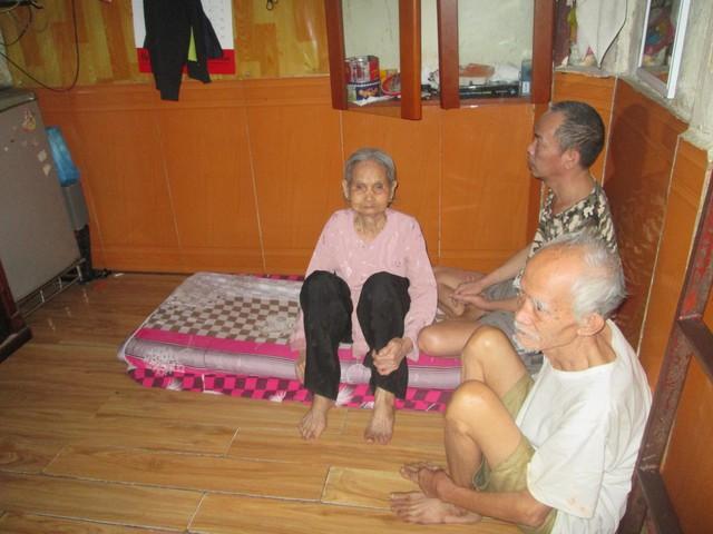 Không gian gần 6m2 là nơi sinh sống của 3 thế hệ gia đình ông Lợi. Ảnh: Ngọc Thi