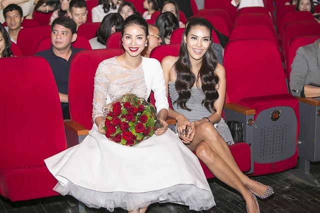Trước đêm diễn, Hồ Ngọc Hà tiết lộ đêm nhạc sẽ có sự xuất hiện của Phạm Hương và Lan Khuê. Ngồi dưới hàng ghế khán giả, hai người đẹp không ngừng hò reo, cổ vũ và hát theo Hồ Ngọc Hà.