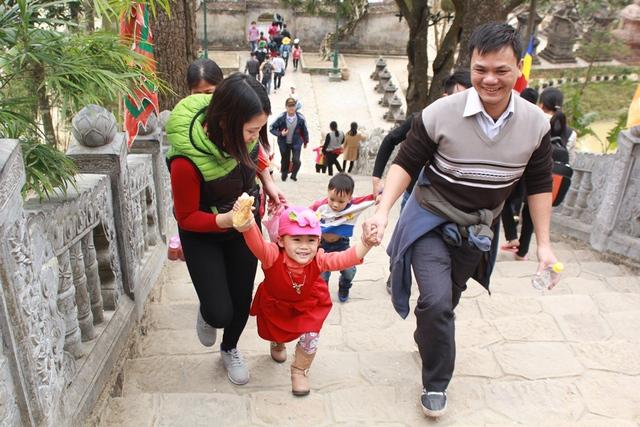 nhiều trẻ em thích thú cùng bố mẹ leo núi.
