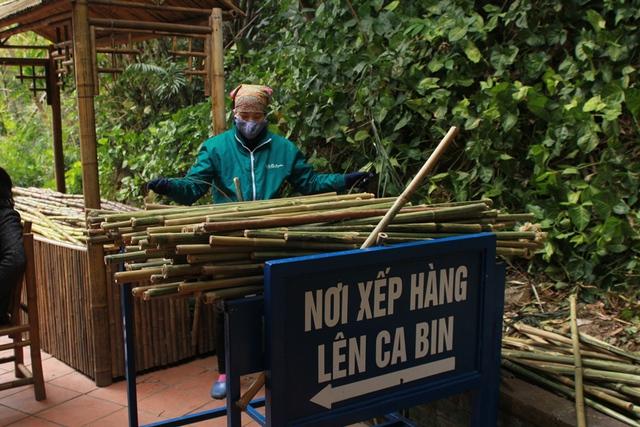 Ban quản lí khu di tích Yên Tử cũng bố trí rất nhiều gậy tre miễn phí phục vụ du khách leo núi.