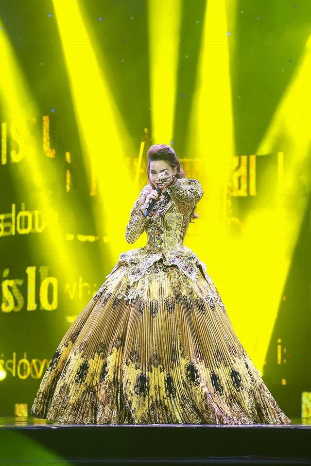Xuyên suốt chương trình Hồ Ngọc Hà chỉ đứng một chỗ hát live cùng ban nhạc Hoài Sa với 3 phần gần 30 ca khúc.