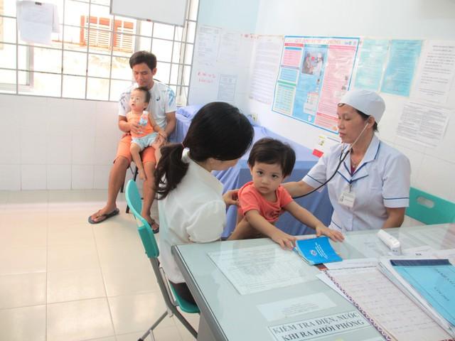 Khám, điều trị cho bệnh nhân tại Khoa Cấp cứu, Bệnh viện Bạch Mai. Ảnh: V.Thu