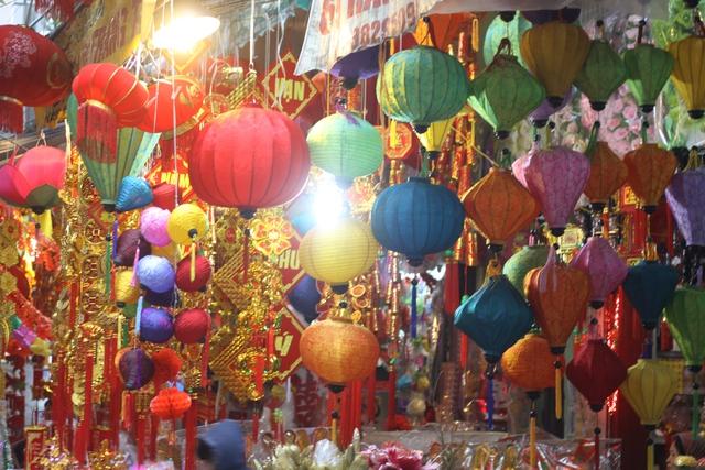 Các mẫu đèn lồng Việt ngày càng được khách hàng ưa chuộng, có sức tiêu thụ không kém gì đèn lồng Trung Quốc. Ở các tuyến phố lân cận Hàng Mã, đèn lồng Việt được ưu tiên sử dụng trong trang trí đường phố. Ảnh: Xuân Hải