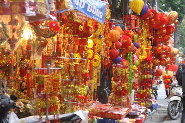 Khu phố được nhuộm đỏ bởi các loại hàng hóa. Ảnh: Xuân Hải