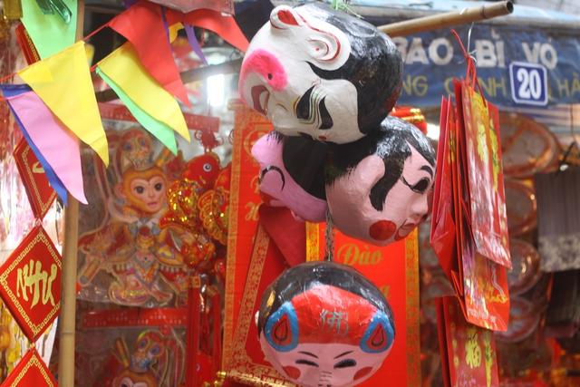 Ngoài việc được các chủ cơ sở bán lẻ, ở Hàng Mã còn có nguyên một cửa hàng chuyên bán các loại mặt nạ cổ truyền. Ảnh: Xuân Hải