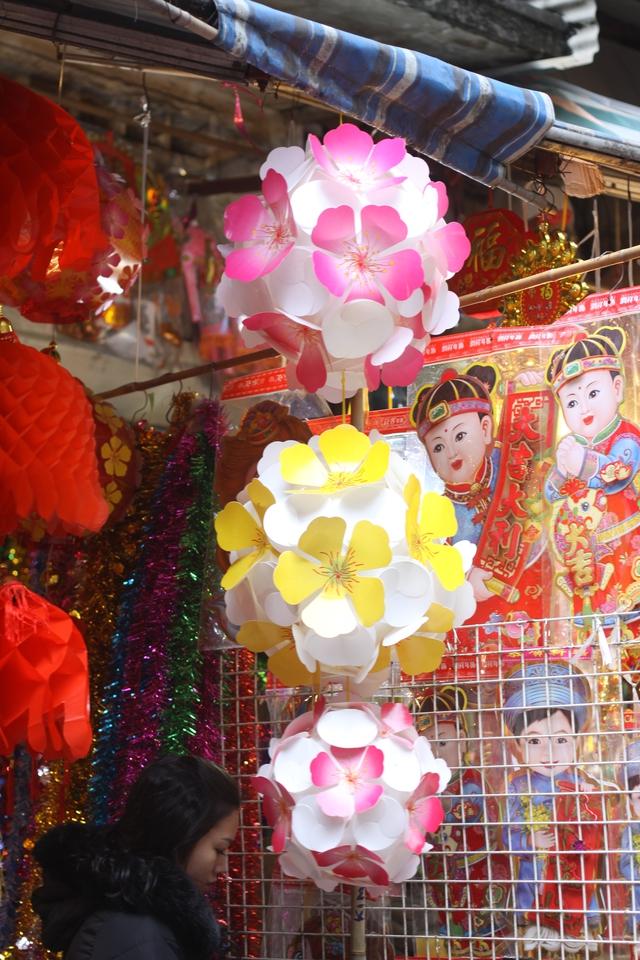 Quả cầu giấy được bày bán rộng rãi ở hầu khắp các cửa hàng. Ảnh: Xuân Hải