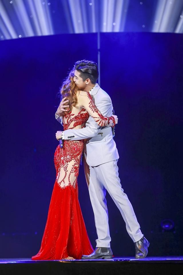 Đây là lần đầu tiên Noo Phước Thịnh góp mặt trong đêm nhạc Love Songs của Hà Hồ. Với cách hát đầy cảm xúc quen thuộc, bộ đôi ca sĩ đã khiến cả khán phòng chìm trong không gian âm nhạc da diết, ngọt ngào.