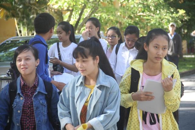 Tại các điểm thi tại TP. Huế (tỉnh Thừa Thiên - Huế) sáng nay các sĩ tử cũng háo hức không kém trong ngày làm hoàn tất các thủ tục dự thi tốt nghiệp THPT Quốc gia. Ảnh: Lê Chung
