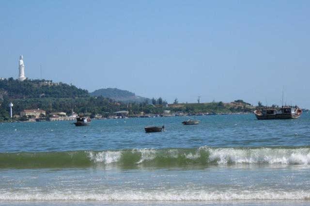 Nước biển ở Đà Nẵng vẫn sạch, sau thông tin một số con cá chết trôi dạt vào bờ. Ảnh: Đức Hoàng