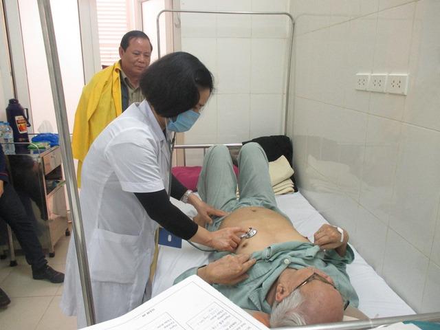 Bác sĩ Hoàng Thị Hồng kiểm tra sức khỏe cho các bệnh nhân đang được điều trị tại Khoa Nội 3 (Bệnh viện Đa khoa Đống Đa, Hà Nội). Ảnh: N.Mai