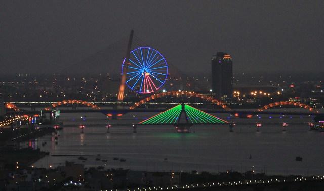 12 thuyền buồm Clipper diễu hành trên sông Hàn vào tối 25/2. Ảnh: Đức Hoàng