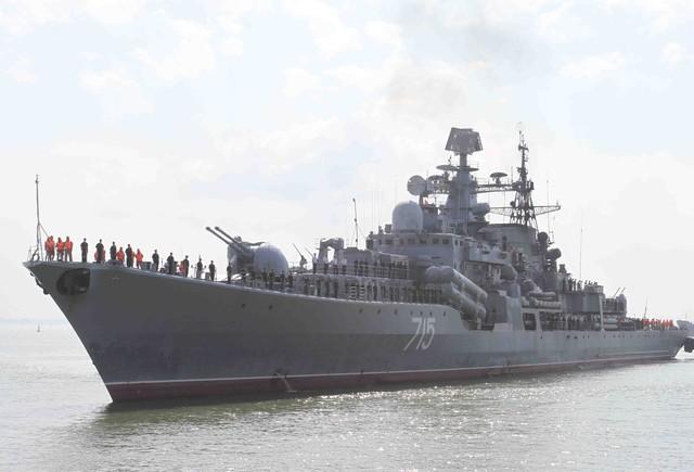 Tàu khu trục Bystryi chuẩn bị cập cảng Tiên Sa. Ảnh Đức Hoàng