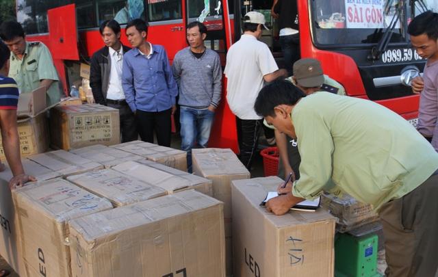 Nhiều xe khách, xe tải chở hàng lậu bị phát hiện, bắt giữ. Sau khi bắt giữ, lực lượng CSGT đã bàn giao cho lực lượng quản lý thị trường tỉnh Quảng Nam để tiến hành điều tra, xử lý theo thẩm quyền. Ảnh Đức Hoàng